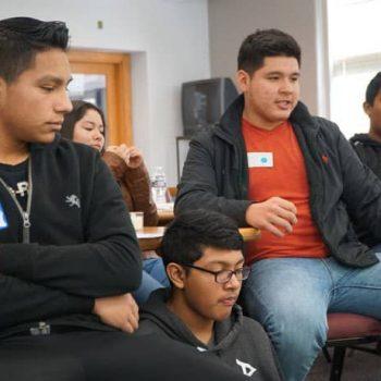 Más de 100 estudiantes hispanos comparten experiencias en un retiro